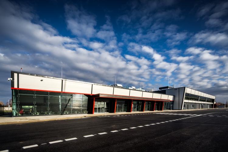 Letiště Pardubice zahajuje letní sezónu 2019 partnerstvím s portálem Kiwi.com. Cestujícím na letišti poslouží také nabíjecí stojany na mobily