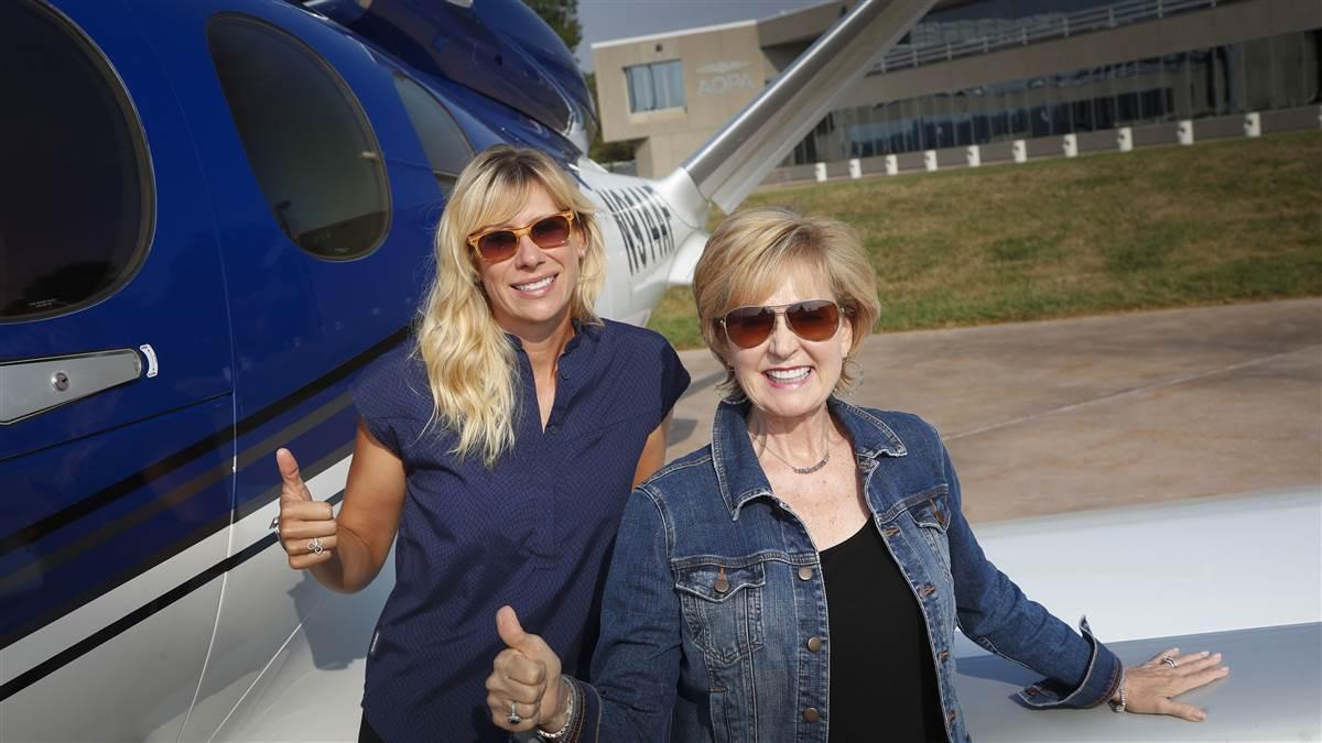 Dvě Američanky právě letí v jednomotorovém letadle přes Atlantik