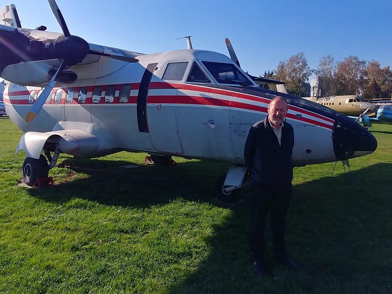 Autor knihy Na cestách s L-410 podepsal na palubě tohoto letounu svou knihu čtenářům Flying Revue